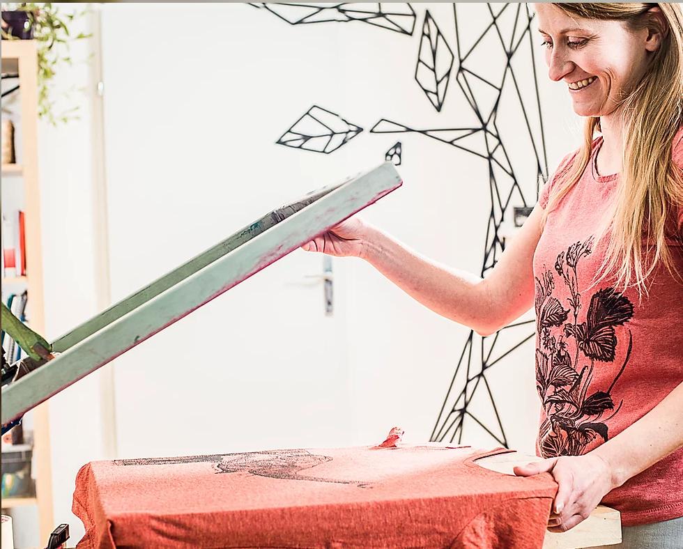 Unsere Druckfee bei der Arbeit: liebevoll handbedruckt in Graz