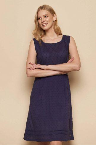 luftiges dunkelblaues sommerkleid aus biobaumwolle getragen von blonder frau