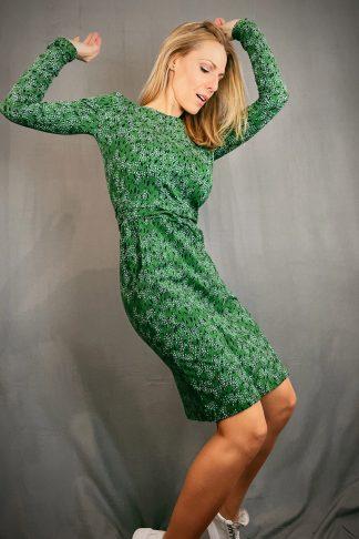 frisches Biojersey-Langarmkleid in grün mit allover-print getragen von blonder Frau