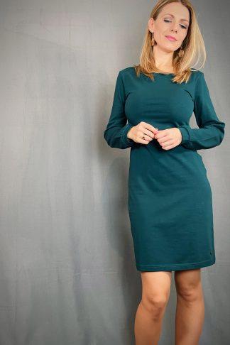 Biojersey-Langarmkleid in Tiefseegrün mit Teilungsnaht an Taille getragen von einer blonden Frau