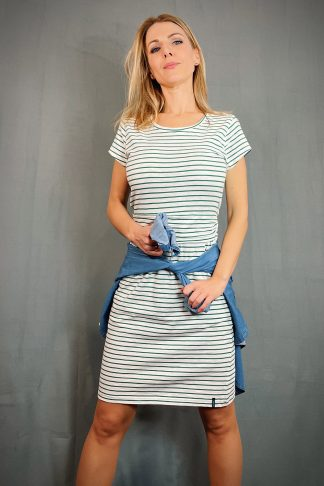 gestreiftes Biojersey-Sommerkleid mit gerafftem Bund und Taschen getragen von einer blonden Frau