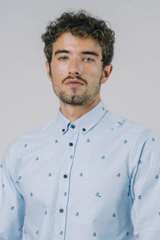 hellblaues fairfashion business hemd mit godzilla print getragen von einem jungen mann