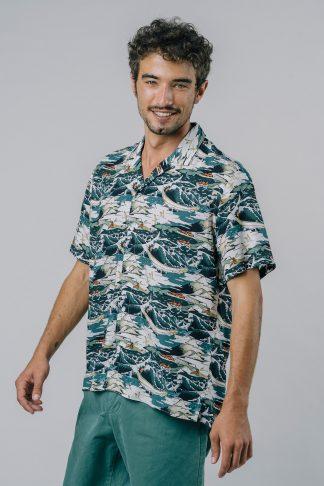 leichtes fairfashion kurzarmhemd mit wellenmuster getragen von einem jungen mann