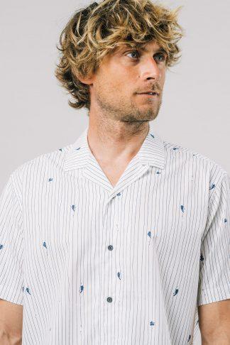 weißes fairfashion kurzarmhemd mit blauen ninjastripes getragen von einem jungen blonden mann