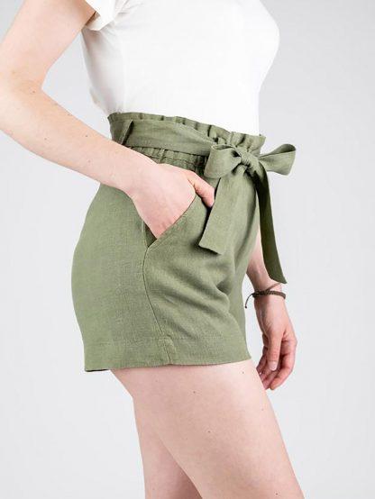 Frau trägt paperbag Shorts in Olive von Niken